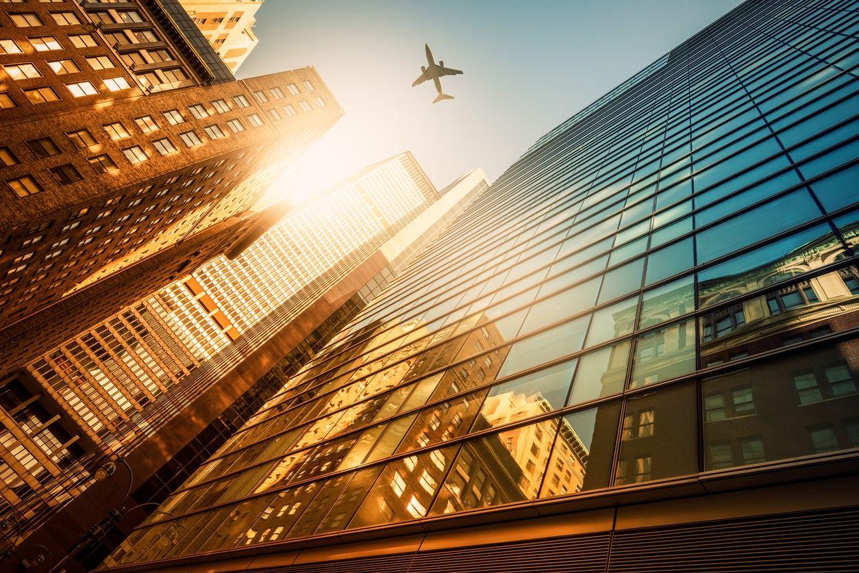 從地面眺望曼哈頓華麗的摩天大樓