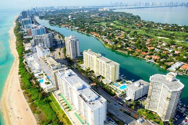 邁阿密海灘海灘和摩天大樓的鳥瞰圖